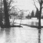 Unsere Umkleidekabine mit Rodelberg vom Hochwasser umspült
